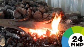 Она закаляет сталь: женщина-кузнец в Беларуси легко справляется с металлом - МИР 24