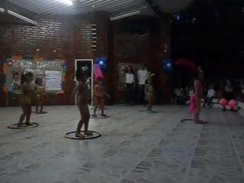 grupo de niñas de 4 años bailando samba