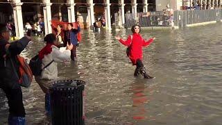Maltempo, ancora acqua alta a Venezia, ma i turisti si divertono in piazza San Marco