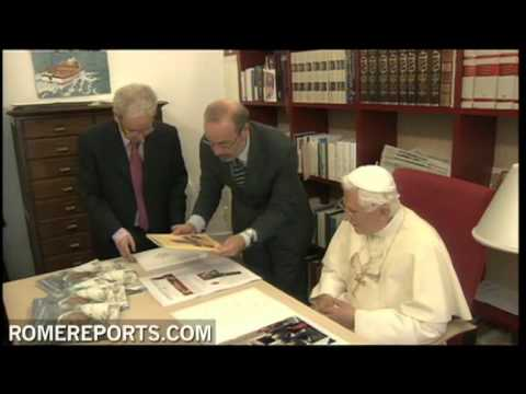 Pope visits office of L'Osservatore Romano