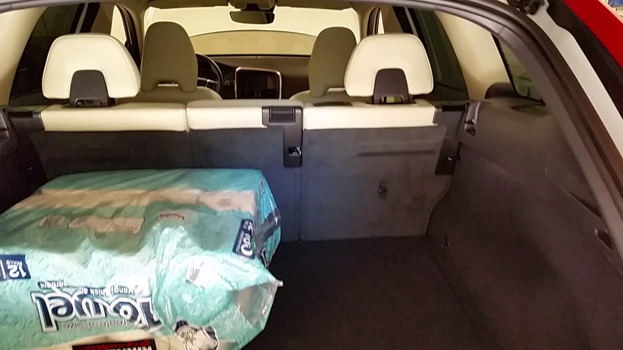 2017 Volvo XC60  Checking Rear Cargo Area Space With 2nd Row Of