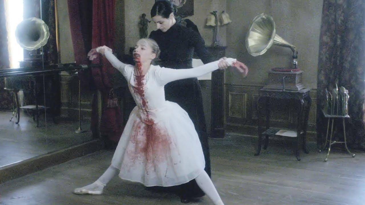 女孩被母親踩斷脊椎,打開後背利用實驗器材,製成活人音樂玩偶!法國恐怖片《死色》【小青】