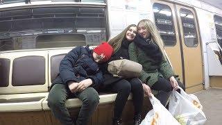 Пранк: Ребенок спит на людях в метро. Реакция людей