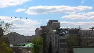 Российские военные вертолеты над самым центром Москвы Russian military helicopters