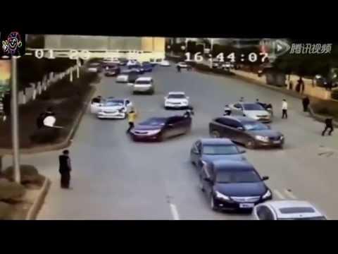 Clip hai nhóm giang hồ đi Lexus chém nhau tơi bời giữa phố
