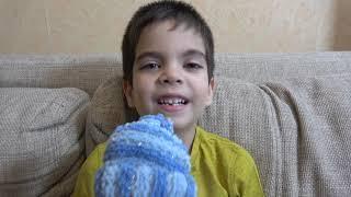 Малыш играет в полицейского и ловит воришку который украл Подарки Деда Мороза