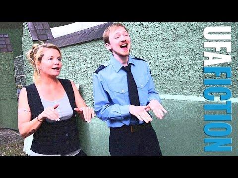 Tino Mewes & Annette Frier singend in der Drehpause - DIE SCHLIKKERFRAUEN / UFA FICTION