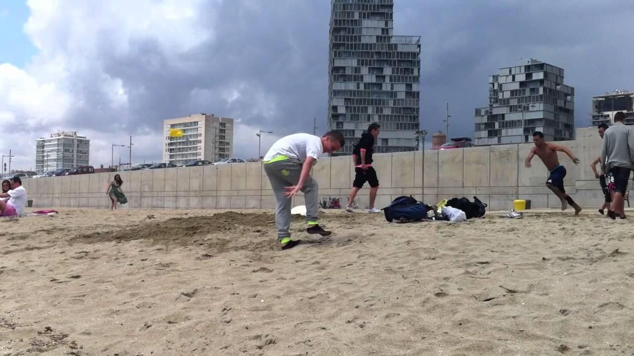 Gymnastik Ball Als Trampolin Am Strand Von Barcelona Youtube
