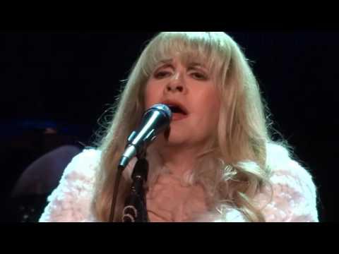 "Stevie Nicks Gets Emotional Dedicating ""Moonlight"" to Prince - 12-11-16 Mp3"