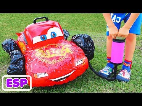 El ni帽o Vlad finge jugar con coches de juguete rotos
