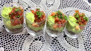 Сочный салат-коктейль из авокадо с тунцом и помидорами - отличная закуска для праздничного стола.