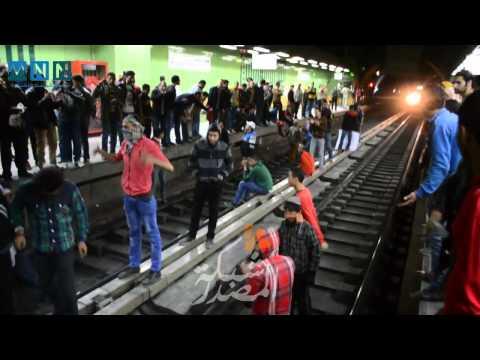 متظاهرون يقطعون مترو الأنفاق في محطه محمد نجيب