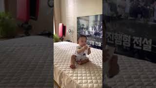 침대에서 내려오는 방법을 터득한 아기