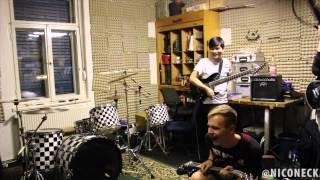 Drummer Falls off Bassist's Back into Drum Set (2G1B - volle Auflösung)