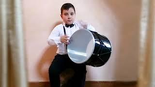 six years old boy playing dhol / шестилетний мальчик играет на барабане