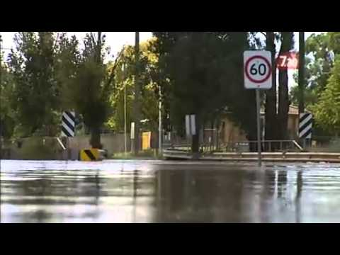 Floods threaten NSW city