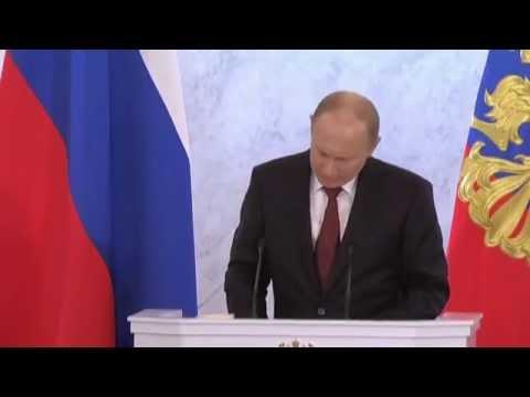 У Путина выпала пачка сигарет Парламент во время пресс-конференции.