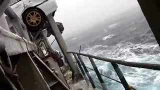 Des voitures transportées sur un bateau tombent à la mer