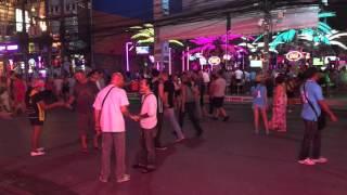 Таиланд Пхукет Бангла Роад: Улица ночной клуб где трансвеститы aka ladyboys с улыбкой встретят вас