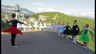 На подвесном мосту в Сочи прошел урок балета