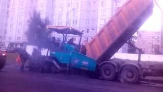 как надо асфальтировать дорогу- асфальтирование это новейшие методы укладки асфальта(асфальтирование московских улиц, обновления дорожного покрытия, асфальтоукладчики и катки., 2016-09-24T09:52:58.000Z)