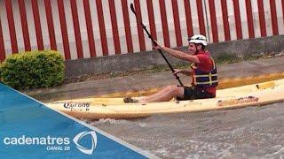 Joven aprovecha las inundaciones en Monclova, Coahuila, para pasear en kayak