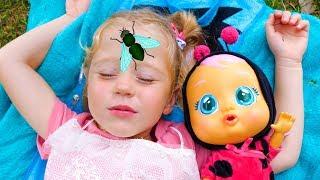 Stacy y la muñeca quieren dormir.