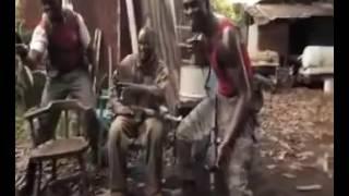 Affe erschießt afrikanische Söldner, weil diese ihm ein Gewehr gaben!
