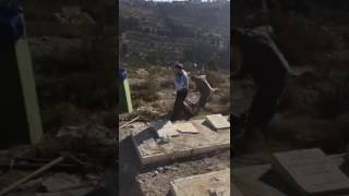 الاحتلال يهدم قبورا إسلامية ملاصقة لسور المسجد الأقصى..فيديو