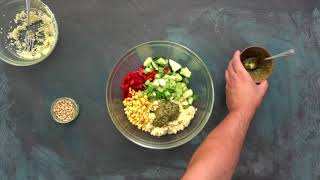 Hitra kuskus solata s pestom, pinjolami in zelenjavo
