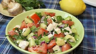 Салат из свежих овощей с брынзой и авокадо