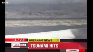 Большая волна цунами в Японии - Big Tsunami Wave In Japan 2011(Съемка волн цунами в Японии с вертолета. Мощное землетрясение произошло в пятницу в Японии в 8:40 утра по..., 2011-03-14T17:37:15.000Z)