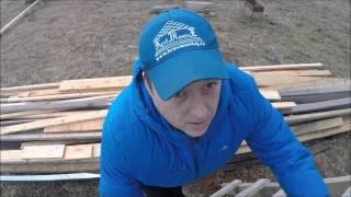 видео Двухскатная крыша из металлочерепицы: краткое руководство