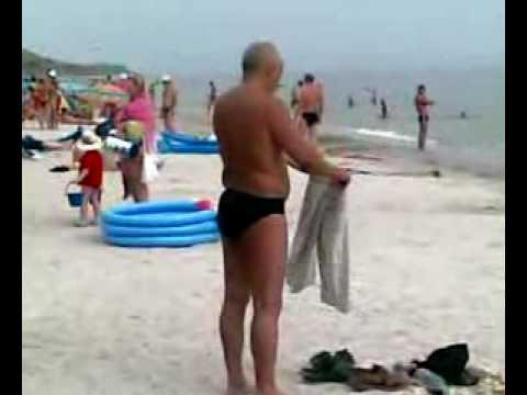 Пьяный мужик одевает штаны место рубашки. Sinyaki.com