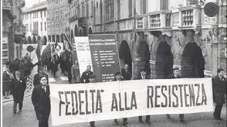 Bella ciao è un canto popolare italiano, nato prima della liberazione, diventato poi celeberrimo dopo la resistenza perché fu idealmente associato al movimen...