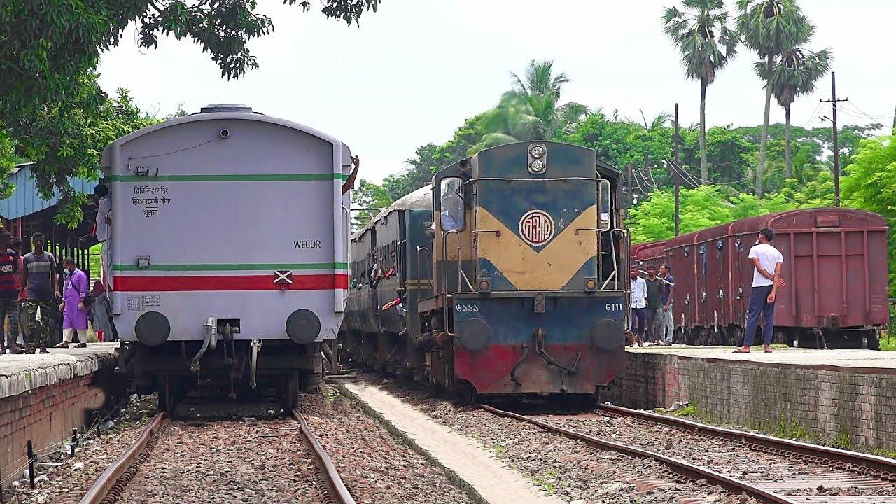 Epic Crossing & departure at a same time || Sagordari Express & Rocket Mail Train