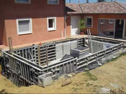 Construction d 39 une piscine en coffrage youtube for Construction piscine desjoyaux youtube