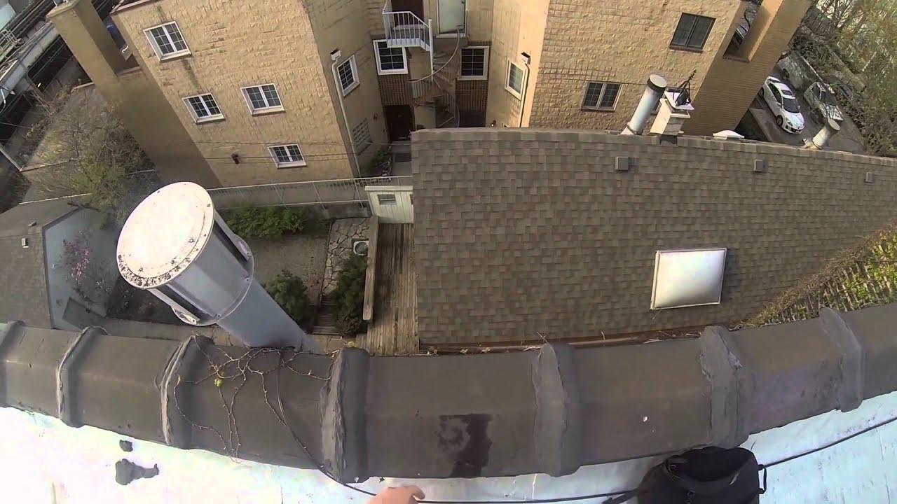 Van een gebouw springen langs een dak glijden en op een trap