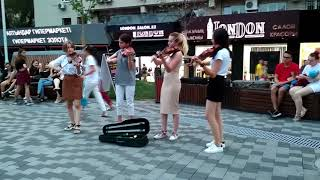 Скрипачки на Арбате исполняют финал из сюиты Бозайгыр Брусиловского