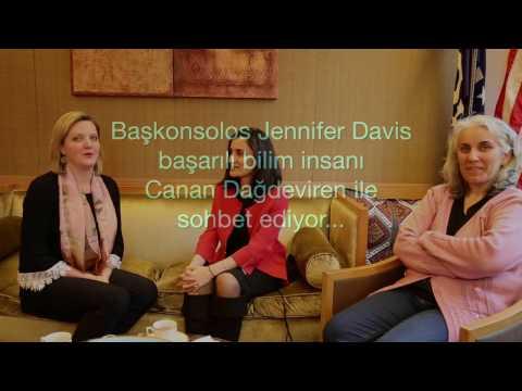 Başkonsolos Jennifer Davis, başarılı bilim insanı Canan Dağdeviren ile sohbet ediyor.
