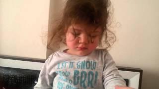 ayakta uyuyan komik bebek