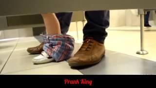 Измазал руку говном Прикол в Туалете   Smeared hand shit Prank 2015