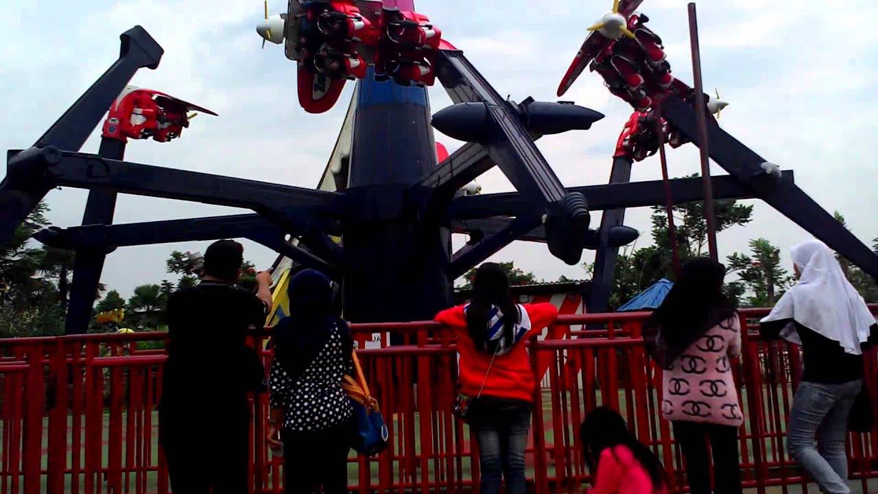 wahana di jungle land pesawat akrobatik - YouTube