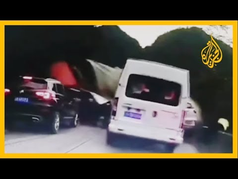 شاهد | في حادث مروع كاد يودي بحياته.. شرطي صيني يقفز من فوق جدار إثر اصطدام شاحنة بعدد من السيارات  - نشر قبل 3 ساعة