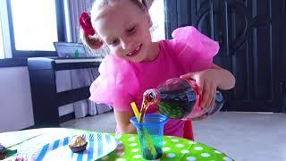 Alicia y la pequeña Eva escondieron comida y dulces de papá YouTube Videos