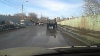 Omsk shahrida shag'al bilan Repairing yo'llar