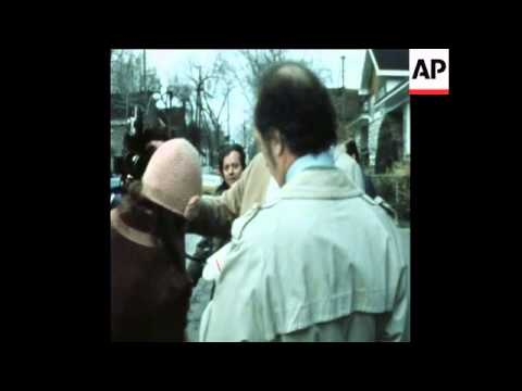 SYND 31-10-72 PIERRE TRUDEAU AND HIS WIFE VOTE IN GENERAL ELECTION
