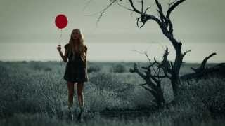 Смотреть клип Madeline Merlo - Sinking Like A Stone