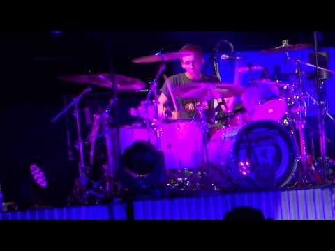 5 Seconds of Summer - Fan playing Ashton's drums on stage // 5SOS ROWYSO Oberhausen  18/05/2015