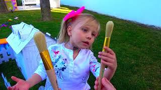 Alice y papá están construyendo una nueva casa de muñecas para un bebé llorando